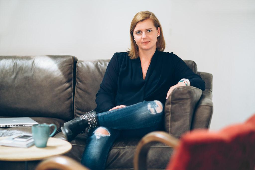 Stefanie Kneisz - People - Business - sitting