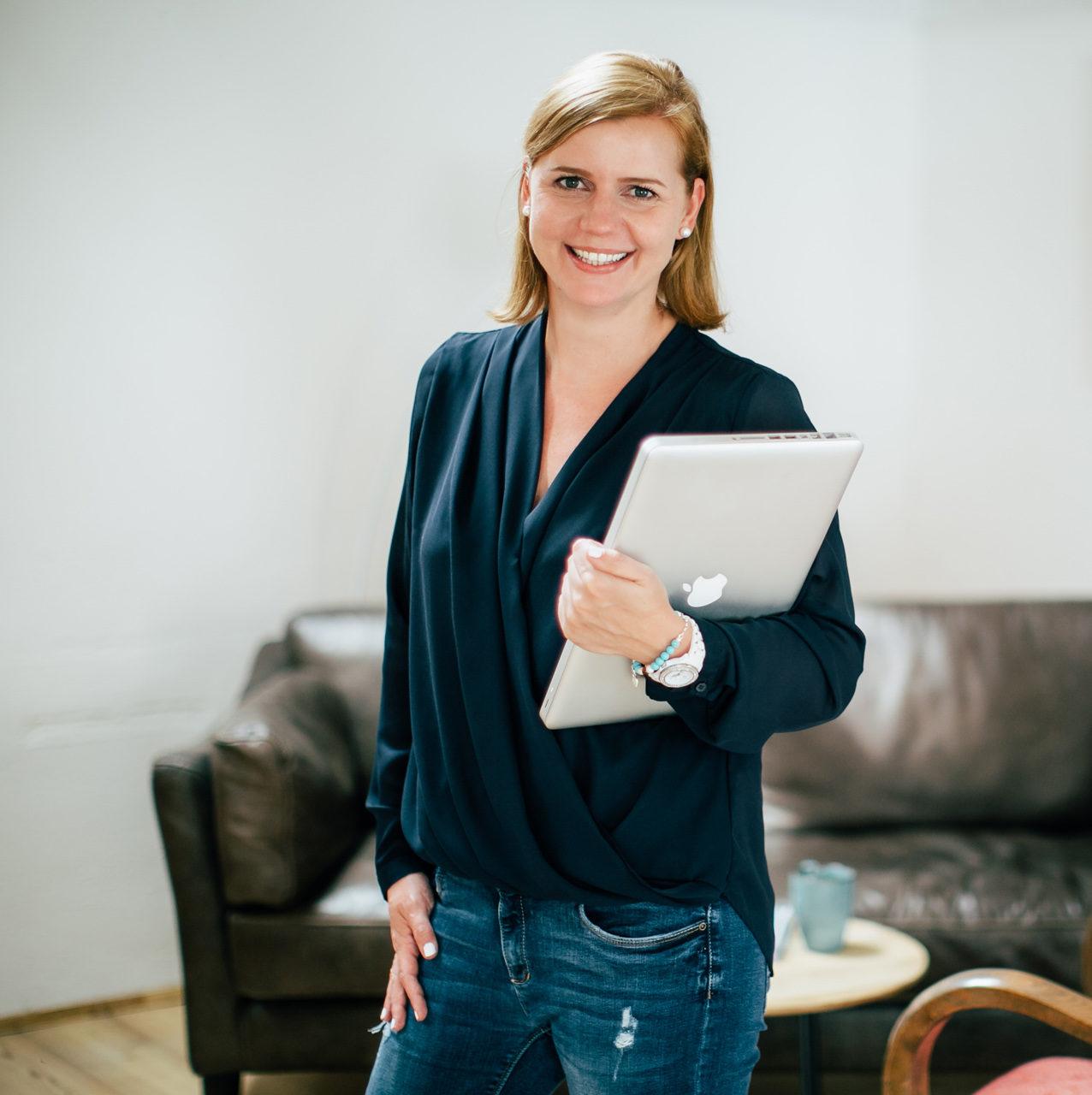 Stefanie Kneisz - People - Business - Laptop