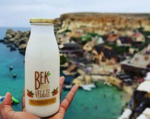 Bek and Veggie drink met vacation background