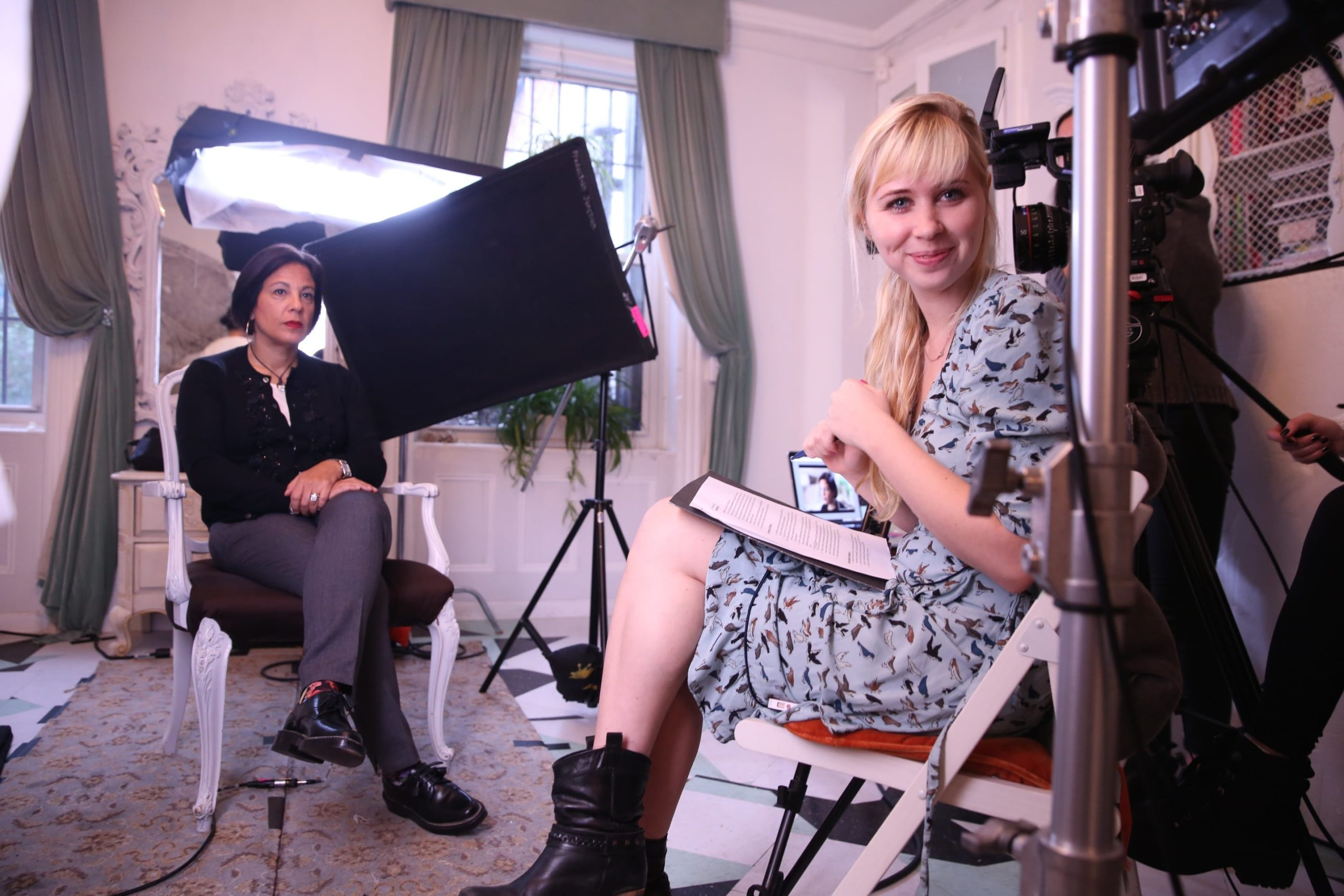 Erin Bagwell - watching screen - film production on female entrepreneurs and feminism - 2